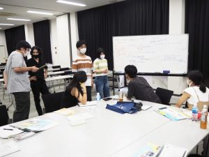 An international student advises high school students (second from left)